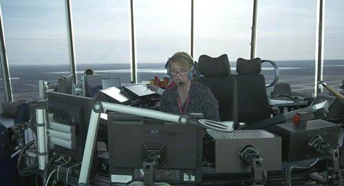 Jules Tarr đang ngồi bên bàn làm việc, mỗi ca của cô thường kéo dài 1-1,5 tiếng và nghỉ bắt buộc 30 phút để có đủ minh mẫn hướng dẫn phi công bay an toàn.Hiện Jules sống với chồng ở Cotswolds.Ảnh: Heathrow.