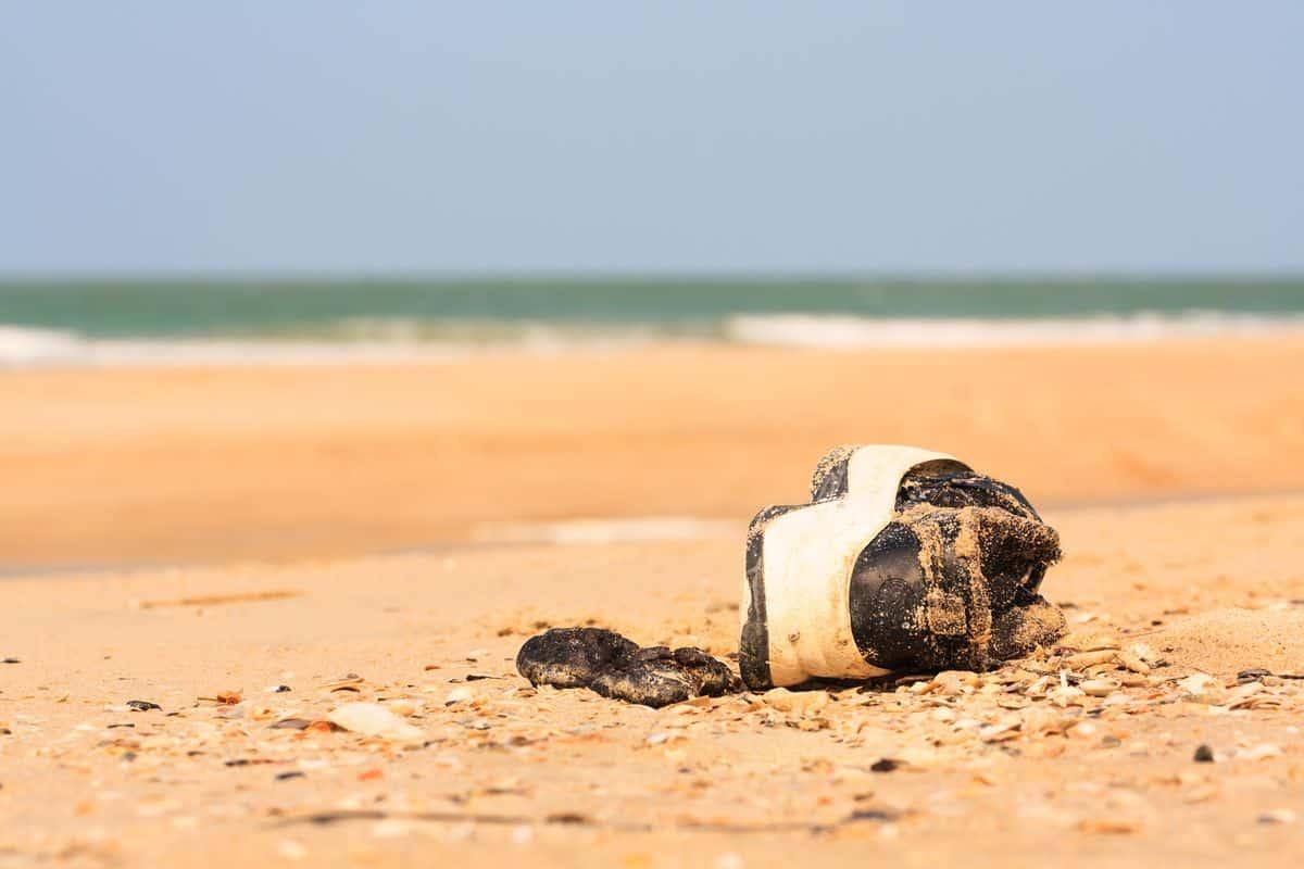 Bí ẩn 14 chân người đi giày lần lượt dạt vào bờ biển Canada - 1