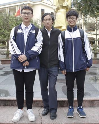 Long và Anh cùng thầy giáo hướng dẫn. Ảnh: Nguyễn Hải.