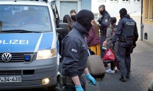 Cảnh sát Đức trấn áp những người nhập cư trái phép. Ảnh: SNN