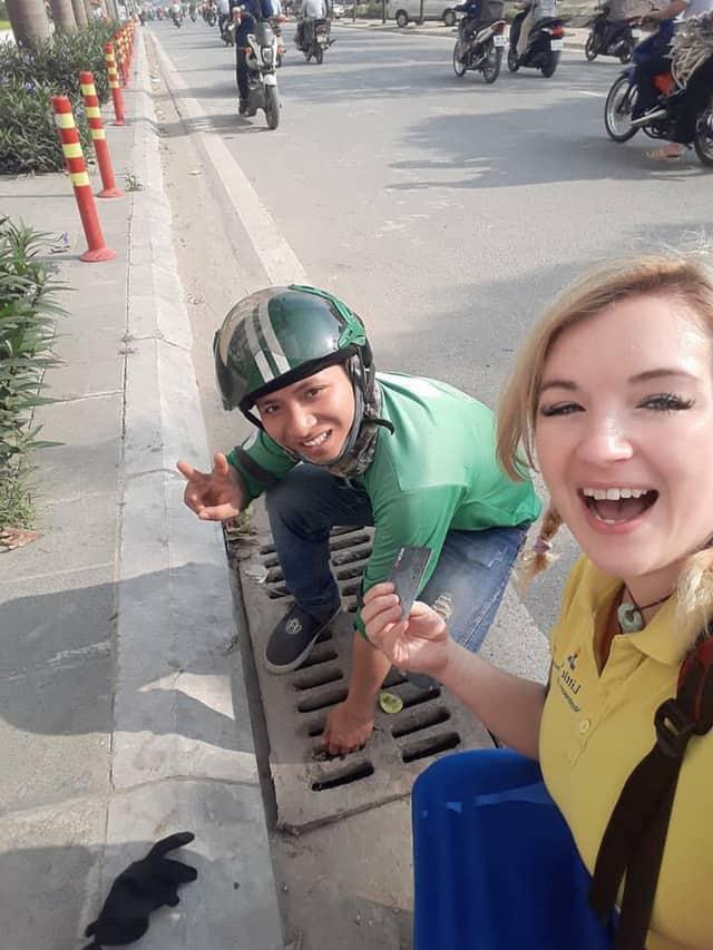 Tài xế GrabBike chui cống tìm thẻ ngân hàng giúp cô gái Anh - Ảnh 2.
