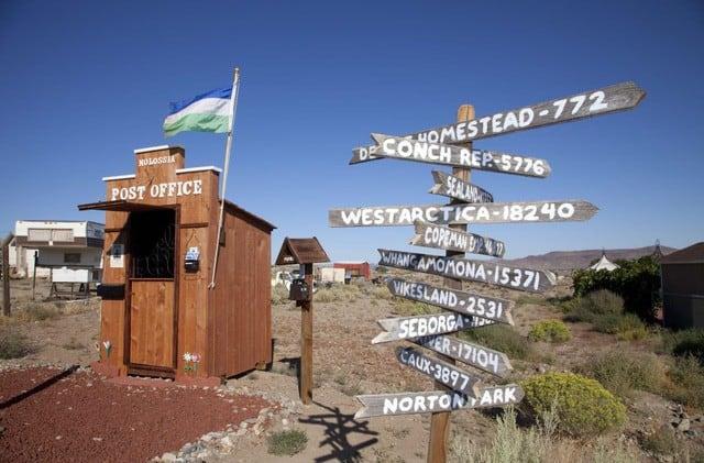 Bí ẩn quốc gia nhỏ bé chỉ với 33 công dân, có rạp chiếu phim, bưu điện và múi giờ riêng - Ảnh 1.
