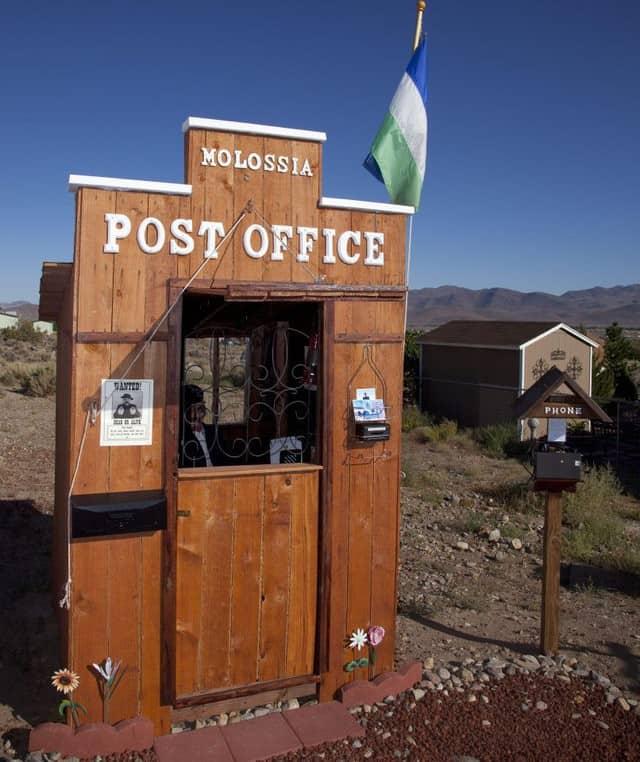 Bí ẩn quốc gia nhỏ bé chỉ với 33 công dân, có rạp chiếu phim, bưu điện và múi giờ riêng - Ảnh 6.