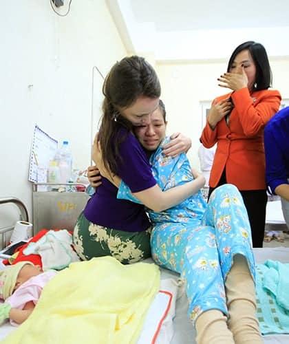 Năm 2016, sản phụ người Quảng Nam đã hạ sinh bé trai trên máy bay ở độ cao 10.000m, dưới sự giúp đỡ của nữ bác sĩ người Anh đi cùng. Ảnh: Nguyễn Đông.
