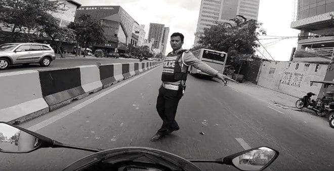 Nhan tien tu biker Viet Nam, hai CSGT Campuchia bi dinh chi hinh anh 2