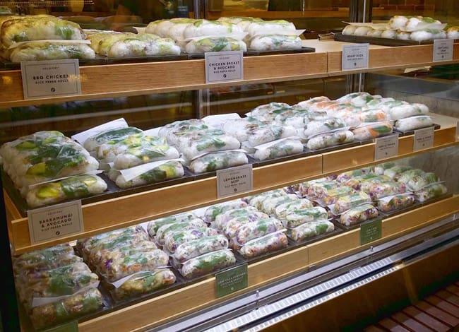 Nhà hàng Rolld hiện bán nhiều loại gỏi cuốn khác nhau được chế biến từ rau củ, thịt, hải sản. Ảnh: FB Rolld.