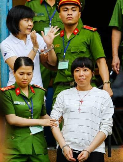 Bị cáo Vy (áo trắng, hàng trên) tạm biệt người thân sau phiên tòa. Ảnh: Thành Nguyễn.