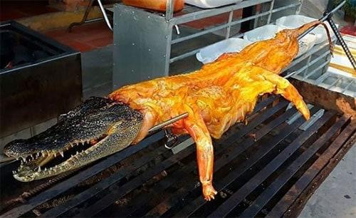 Người nước ngoài ấn tượng vì dân bản địa có thể ăn mọi con biết di chuyển. Bức ảnh trên được nữ du khách chụp khi cô tới Nha Trang du lịch. Ảnh: Buzzfeed.