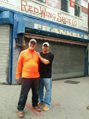 Erik Frankel (phải) chụp ảnh cùng bố trước cửa hàng bán giày của gia đình có lịch sử hơn 100 năm ở thành phố New York. Ảnh: Facebook/Erik Frankel.