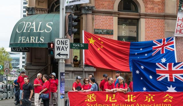 Người Trung Quốc tại Australia treo cờ và băng rôn chào đón chuyến thăm của Thủ tướng Trung Quốc tới Australia (Ảnh: Shutterstock)