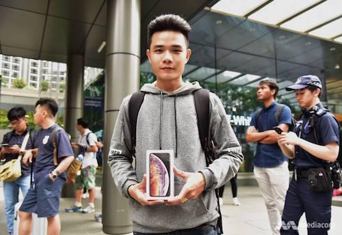 Khách hàng nhận được iPhone Xs mới tại Apple Store Singapore là một người Việt. Ảnh: CNA.