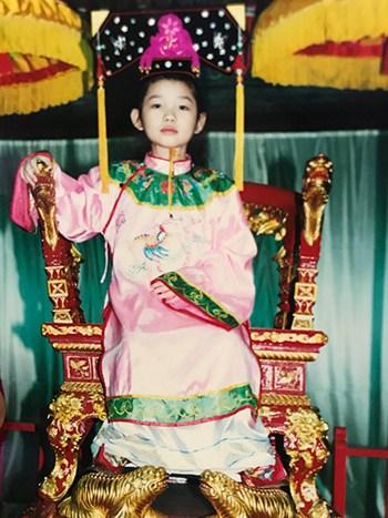 Bức ảnh Tina Ngô mặc trang phục hoàng gia thuở bé. Ảnh: Tina Ngô