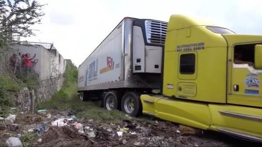 Nhà xác hết chỗ, xe container chở 157 thi thể bị bỏ ở khu dân cư - Ảnh 1.