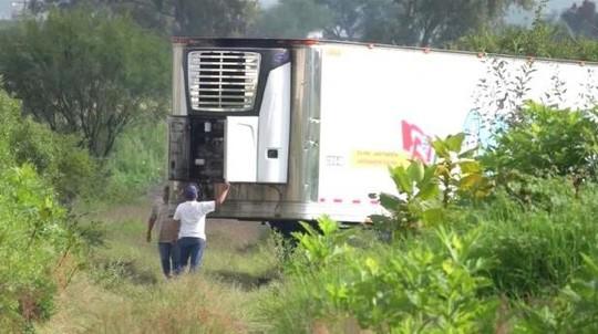 Nhà xác hết chỗ, xe container chở 157 thi thể bị bỏ ở khu dân cư - Ảnh 2.