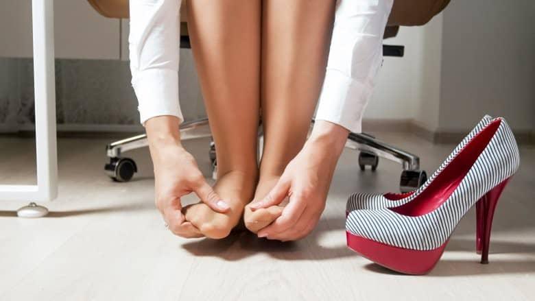 Đây là những lợi ích sức khoẻ bạn nhận được nếu hạn chế đi giày cao gót - Ảnh 2.
