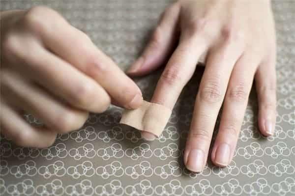 Cắn móng thường xuyên sẽ gây hỏng móng.