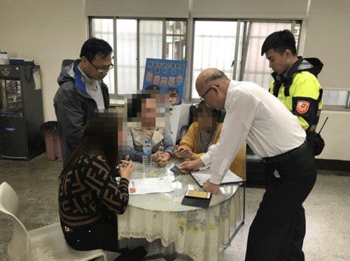 Một số du khách đã ra trình diện chính quyền khi thấy thông báo trên phương tiện thông tin truyền thông. Ảnh: Apple Daily.
