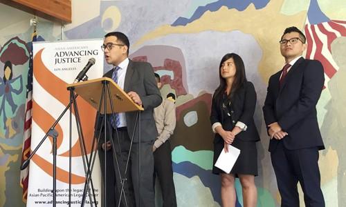 Các đại diện của trung tâm Asian Americans Advancing Justice tại Los Angeles tại cuộc họp báo hồi tháng 3 công bố quyết định khởi kiện chính quyền liên bang giam giữ trái phép người nhập cư gốc Việt. Ảnh: AP.