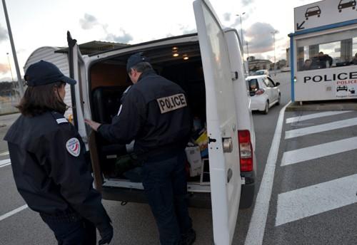 Cảnh sát Pháp khám xe tải. Ảnh: Ludovic Ameline.