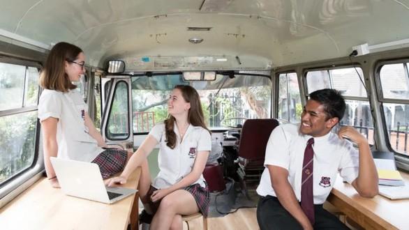 Trường học giúp học sinh xả stress bằng... xe buýt cũ, yoga, thiền - Ảnh 1.
