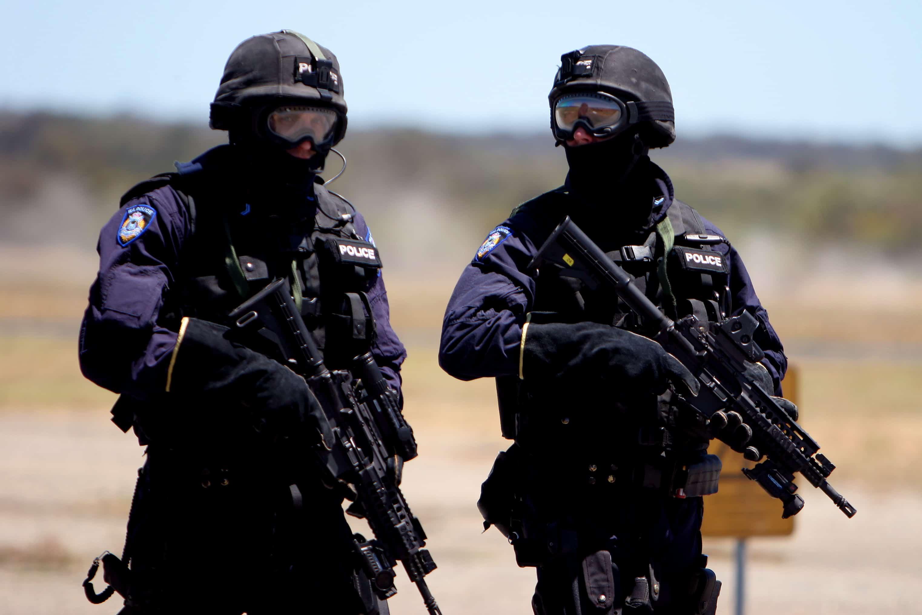 """Úc: Mang vũ khí vào cây xăng, hai anh em lĩnh ngay """"kẹo đồng"""" của cảnh sát - 1"""