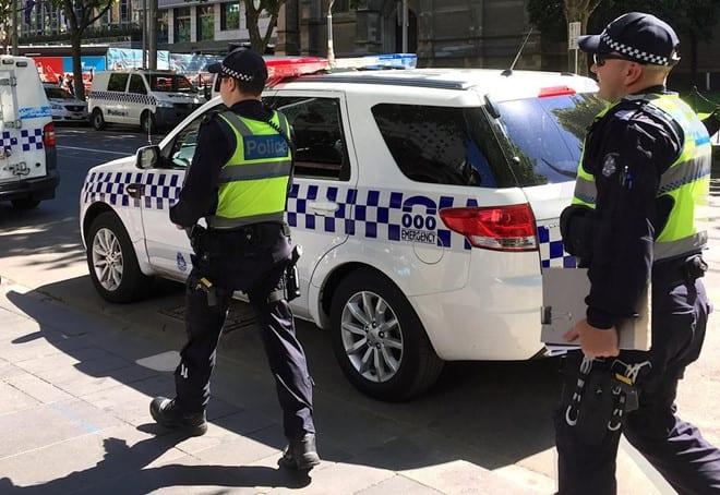 Lực lượng cảnh sát đã truy đuổi và chặn chiếc SUV do các thiếu niên điều khiển /// Ảnh chụp màn hình Courier Mail