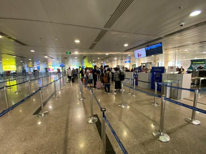 Viêm phổi Vũ Hán: Chưa bao giờ sân bay Tân Sơn Nhất vắng như thế - ảnh 4