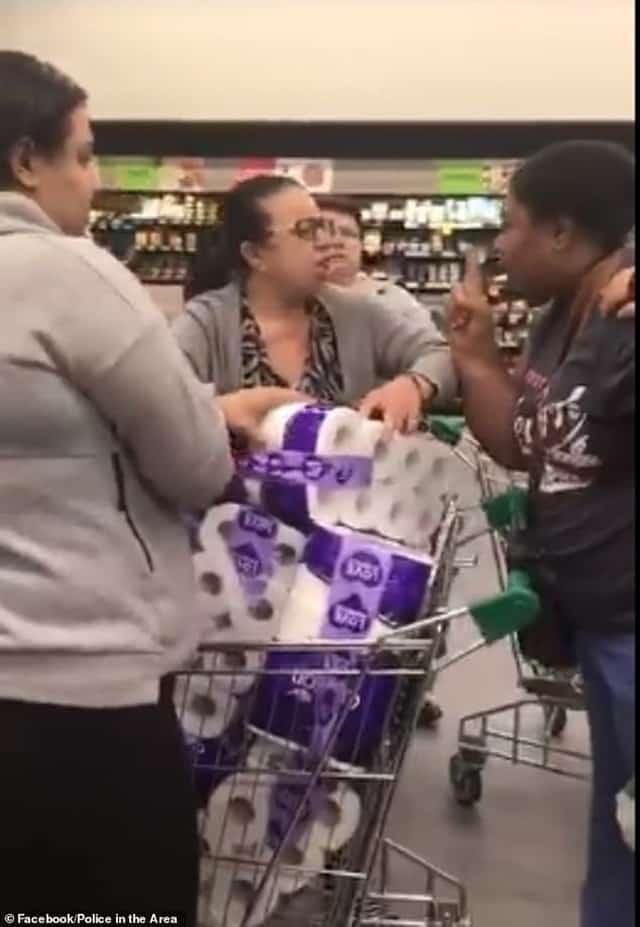 Covid-19: Ba người phụ nữ đánh nhau giành giấy vệ sinh trong siêu thị Úc - Ảnh 1.