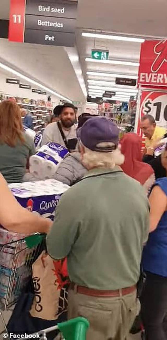Covid-19: Ba người phụ nữ đánh nhau giành giấy vệ sinh trong siêu thị Úc - Ảnh 3.