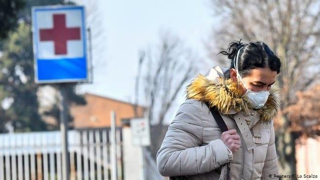 Người dân đeo khẩu trang khi ra ngoàiđể phòng tránh dịch. (Ảnh minh họa: Reuters)