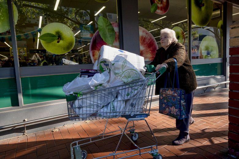 Người dân Australia đổ xô đến siêu thị trước giờ tái phong tỏa